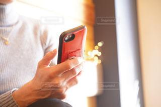 ゲームのリモコンを持っている手の写真・画像素材[1813694]