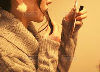 携帯電話を持っている人の写真・画像素材[1813695]