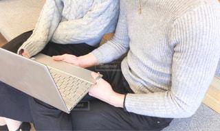 ノート パソコンの前に座っている人の写真・画像素材[1813699]