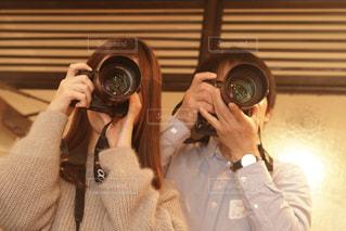 カメラにポーズ鏡の前に立っている人の写真・画像素材[1813700]