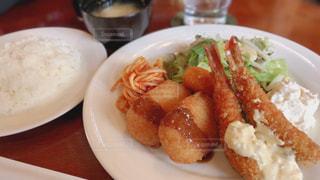 テーブルの上に食べ物のプレートの写真・画像素材[1870932]