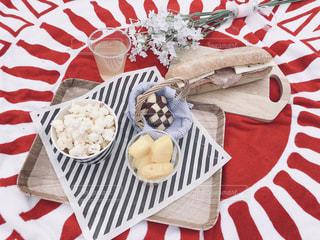 テーブルの上に食べ物のプレートの写真・画像素材[2080383]
