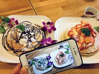 テーブルの上に食べ物のプレートの写真・画像素材[2080402]