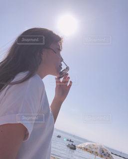 携帯電話で話している女性の写真・画像素材[2092401]
