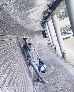 歩道を歩いている人の写真・画像素材[2092426]