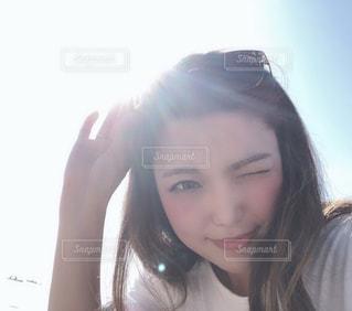カメラを見ている女性の写真・画像素材[2092449]