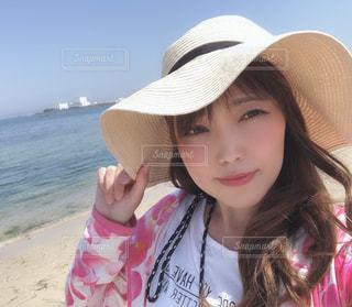 帽子をかぶった少女のクローズアップの写真・画像素材[2092508]