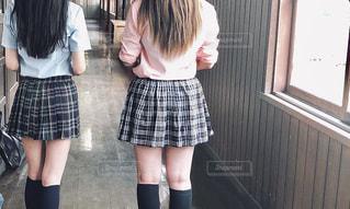 窓の前に立っている小さな女の子の写真・画像素材[2116058]