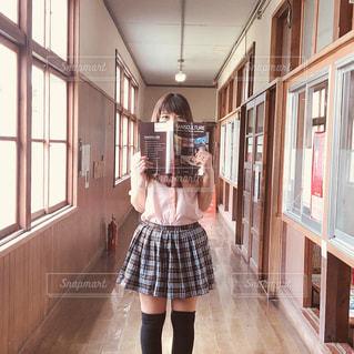 部屋に立っている小さな女の子の写真・画像素材[2116060]