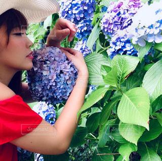 花を持つ若い女の子の写真・画像素材[2280640]