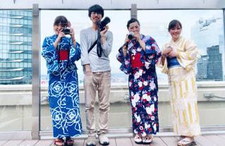 建物の前に立つ人々のグループの写真・画像素材[2306162]