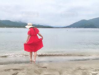 浜辺に立つ女性の写真・画像素材[2310409]