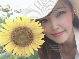 髪に花をつけている女性の写真・画像素材[2366449]