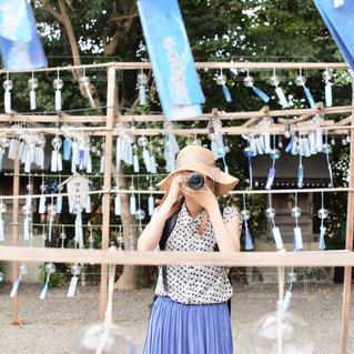 フェンスの前に立っている女性の写真・画像素材[2367319]