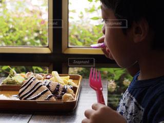 ケーキを食べる子供のクローズアップの写真・画像素材[2408980]