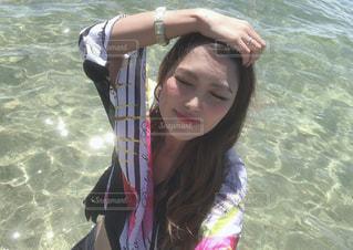 水の中で魚を抱いている女性の写真・画像素材[2425549]