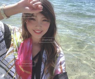 水の体の隣に立っている女性の写真・画像素材[2425561]