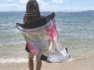 浜辺に立っている人の写真・画像素材[2425585]