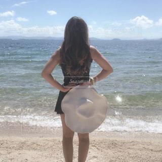 浜辺に立つ女性の写真・画像素材[2425597]