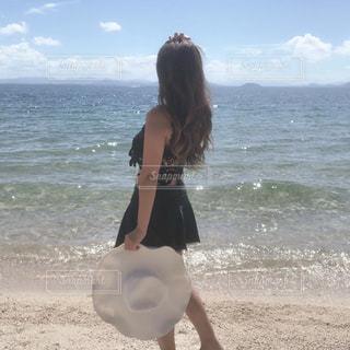 浜辺に立つ女性の写真・画像素材[2425598]