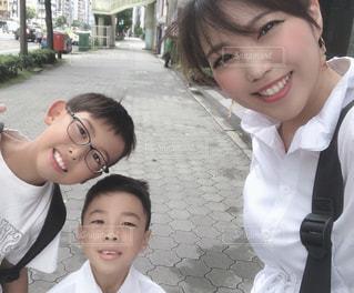 写真のためにポーズをとる小さな男の子と女の子の写真・画像素材[2445092]
