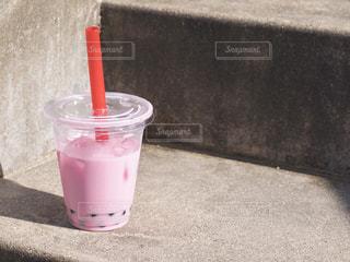 テーブルの上の赤いプラスチックカップの写真・画像素材[2733290]
