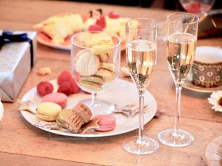 食べ物の皿を持ってテーブルに座っている人々のグループの写真・画像素材[2805947]