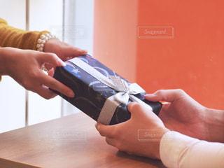 携帯電話を持つ手の写真・画像素材[2805964]