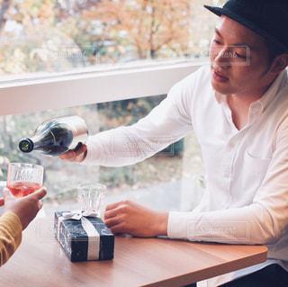 テーブルの上に座っている男女の写真・画像素材[2806137]