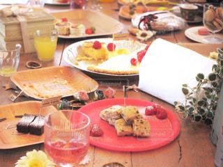 食べ物の皿を持ってテーブルに座っている人々のグループの写真・画像素材[2806144]