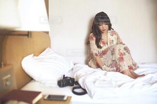 ベッドに座っている人の写真・画像素材[2922686]
