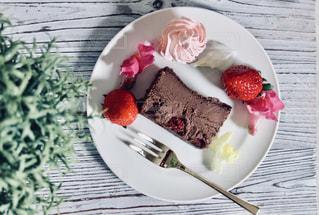 お皿の上のケーキのスライスの写真・画像素材[2963394]