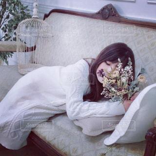 ベッドに座っている女性の写真・画像素材[2965029]