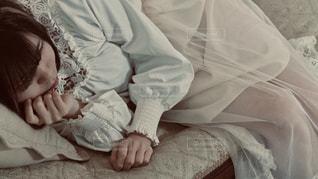 ベッドに横たわる赤ん坊の写真・画像素材[2965043]