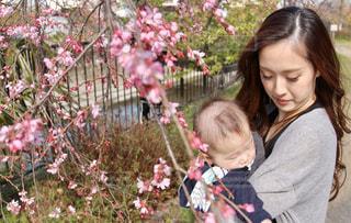 花を持つ小さな女の子の写真・画像素材[3052844]