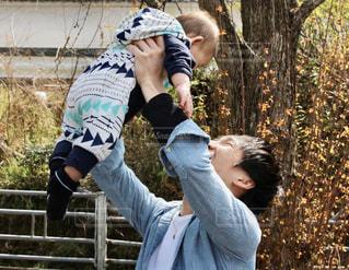 フリスビーを捕まえるために空中に手を伸ばす男の写真・画像素材[3053006]