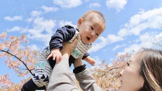 赤ちゃんを抱いている人の写真・画像素材[3053016]