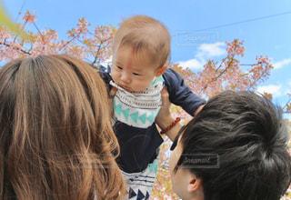 カメラを見ている少年と少女の写真・画像素材[3053021]
