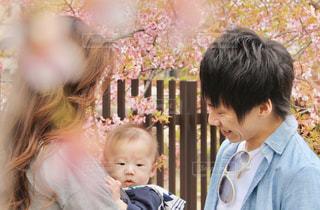 赤ちゃんを抱いている人の写真・画像素材[3053046]