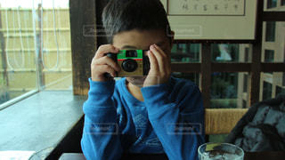 鏡の前でカメラのポーズをとる男の写真・画像素材[3064178]