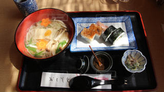 食べ物の皿をテーブルの上に置くの写真・画像素材[3064183]