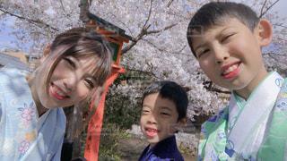 カメラを見ている少年と少女の写真・画像素材[3077159]
