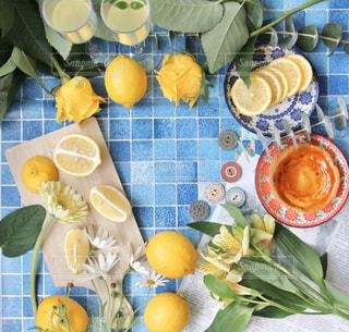 テーブルの上に花の花瓶の写真・画像素材[3106128]