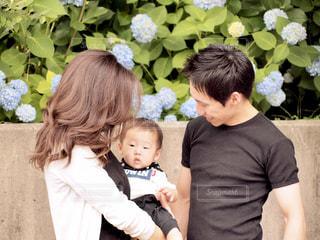赤ちゃんを抱いている人の写真・画像素材[3296674]