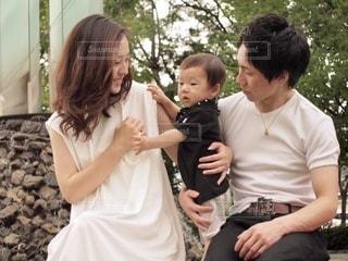子供を抱いている人の写真・画像素材[3473922]