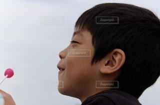 カメラを見ている少年の写真・画像素材[3753906]