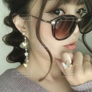 自分撮りをしているサングラスをかけた女性のクローズアップの写真・画像素材[3845754]