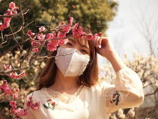ピンクの花を着た女性の写真・画像素材[4187509]