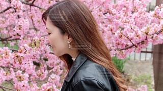 花の前に立っている女性の写真・画像素材[4203820]