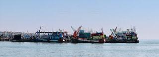 桟橋にごちゃごちゃ停泊しているボートの写真・画像素材[2140390]